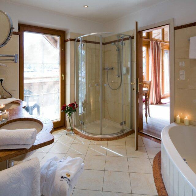 Badezimmer mit Dusche & Badewanne