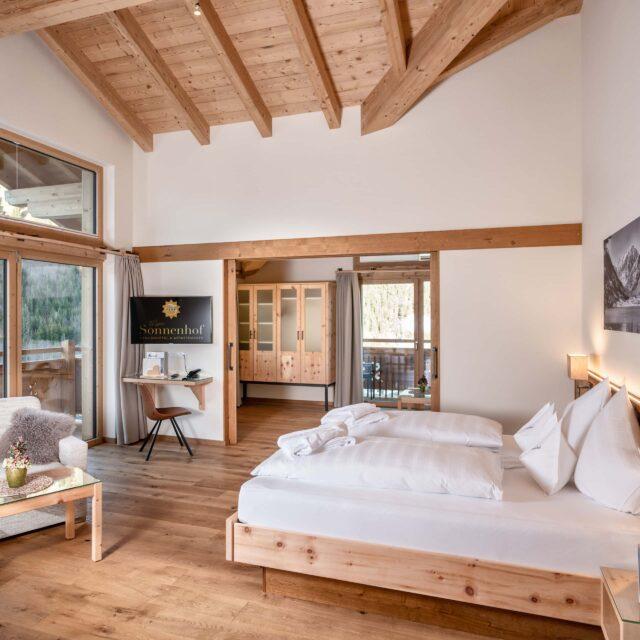 Suite mit deckenhohen Fenster & offenem Dachstuhl